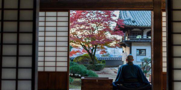僧侶と紅葉